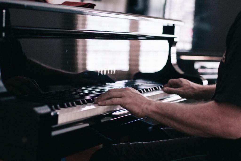 Pianiste à deux mains